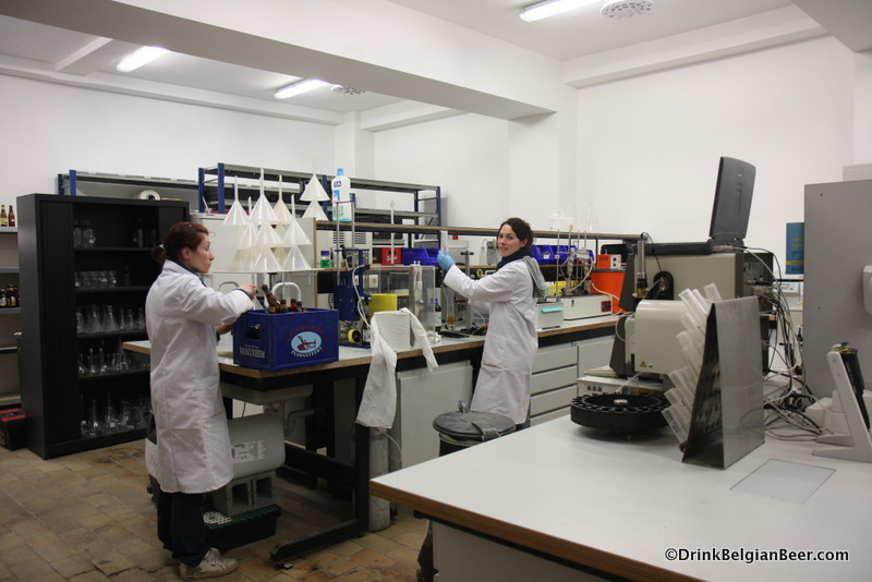 Photo of two lab workers at Biercentrum Delvaux