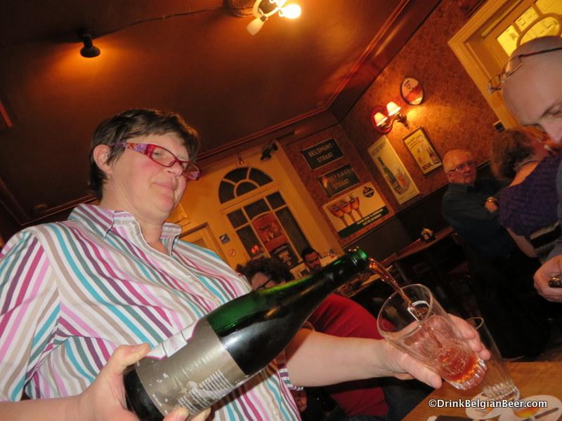 Daisy pouring a De Cam Framboise Lambiek.