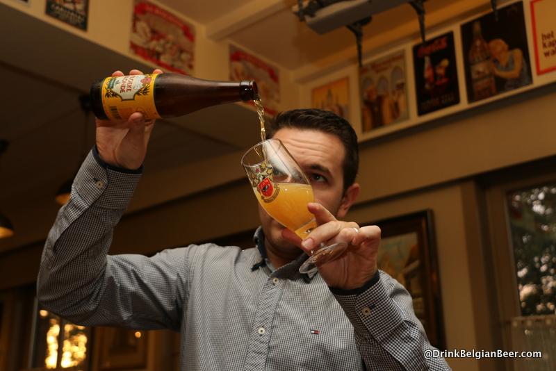 Bjorn demonstrating a perfect pour at 't Molenhof.