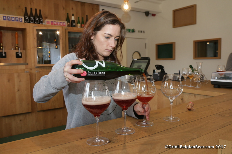 Emelie Maeyens pours a 3 Fonteinen Hommage for a group at lambik-o-droom.