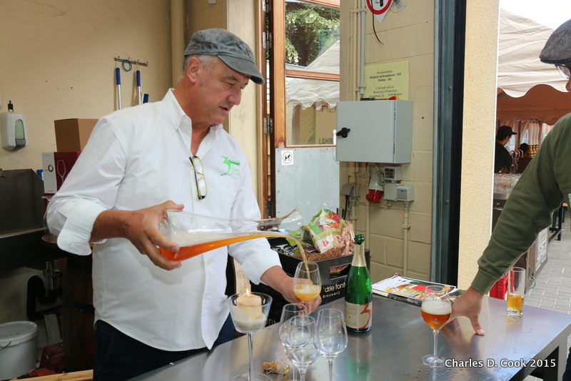 Armand Debelder pouring Zenne y Frontera batch 1 from a decanter into a glass during the Open Beer Days in 2015.