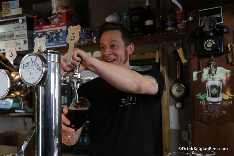 Jef Hiq Pirens, Brouwerij and Cafe D' Oude Maalderij, pouring a Qantelaar Bruin.