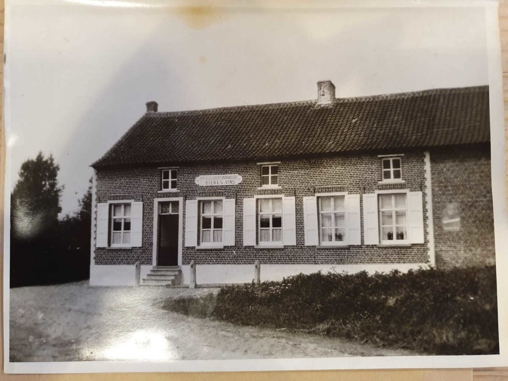This old photo is of the same building where the new Brouwerij Sako shop is located now, on the left. The sign above the door reads: P PLASSCHAERT-DEDOBBELEER BIERES-VINS.